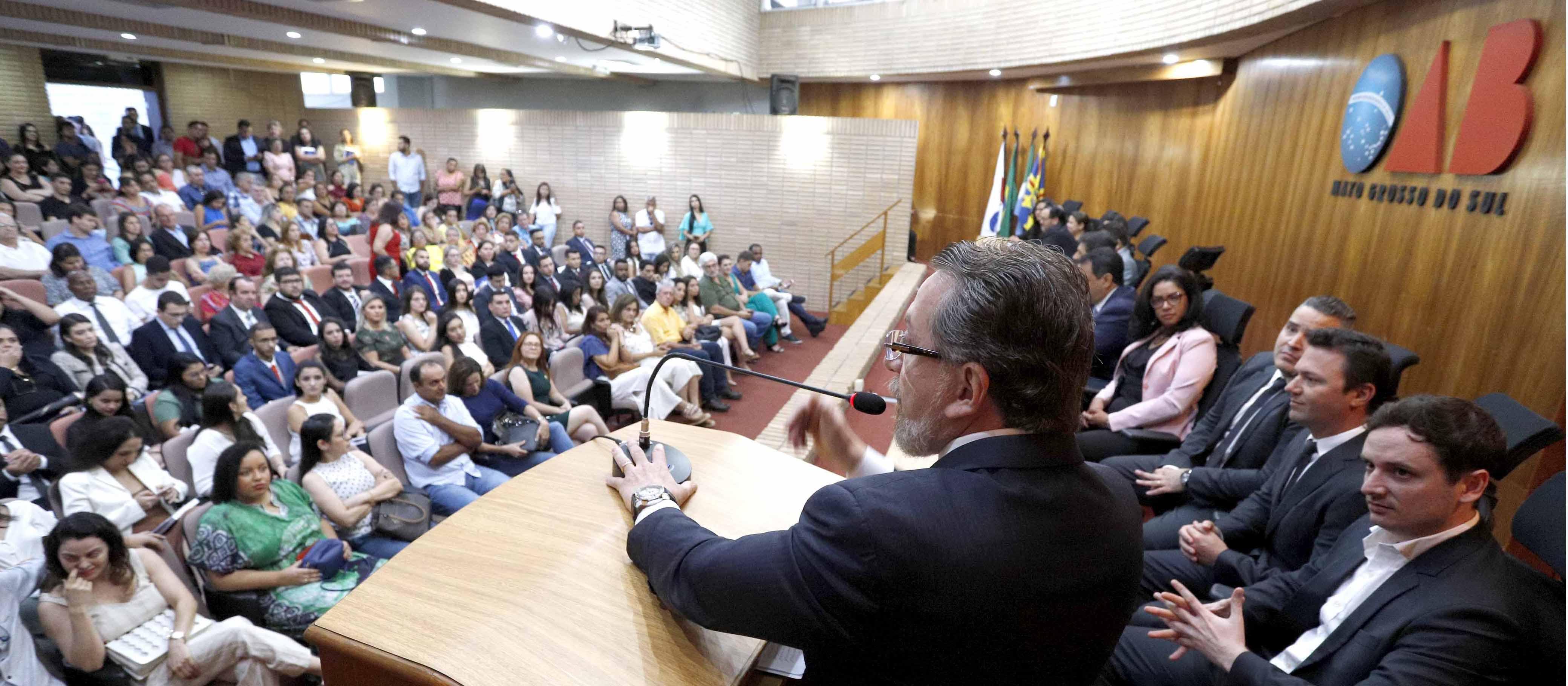 Em segunda entrega de carteira do dia, Mansour destaca papel da OAB na defesa da sociedade