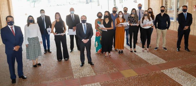 Mansour Karmouche presta solidariedade às vítimas da Covid em entrega de carteira